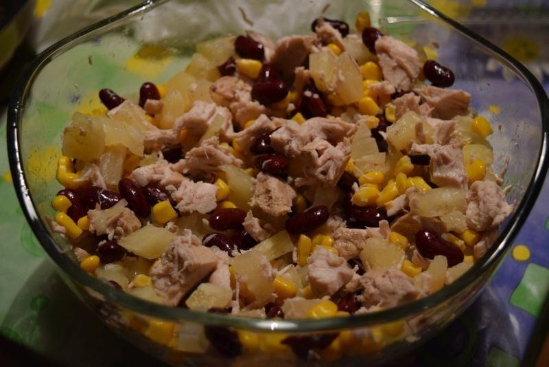 Szybka I Smaczna Salatka Z Kurczakiem Ananasem Czerwona Fasola